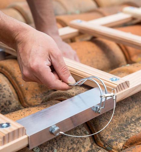 Montage étape 4 Echelle plate de toit en bois pour couvreur 5m Hailo Safety Roof
