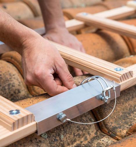 Montage étape 5 Echelle plate de toit en bois pour couvreur 5m Hailo Safety Roof