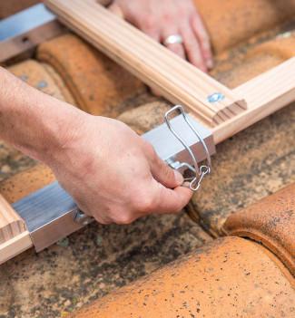 Montage étape 3 Echelle plate de toit en bois pour couvreur 5m Hailo Safety Roof
