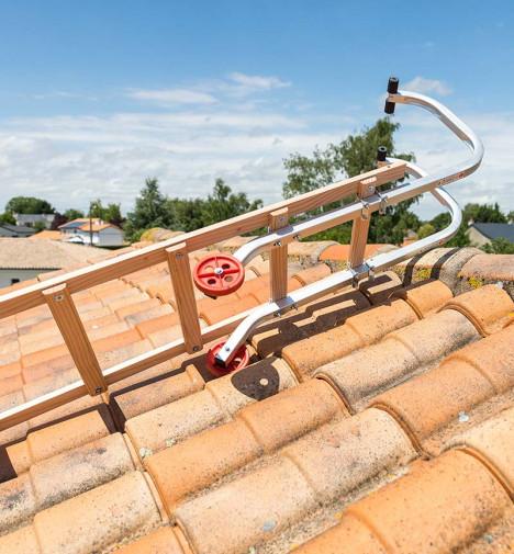 Fixation crochet Echelle de toit en bois pour couvreur 4m Hailo Safety Roof étape 2