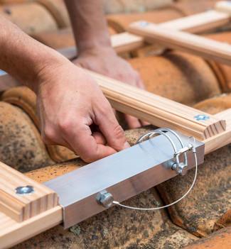 Montage echelle de toit en bois pour couvreur avec crochet de toit 5m Hailo Safety Roof étape 5
