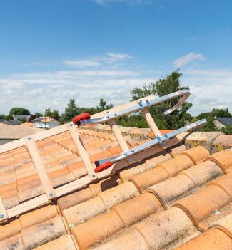 Fixation crochet echelle plate de toit en bois pour couvreur 5m Hailo Safety Roof étape 3