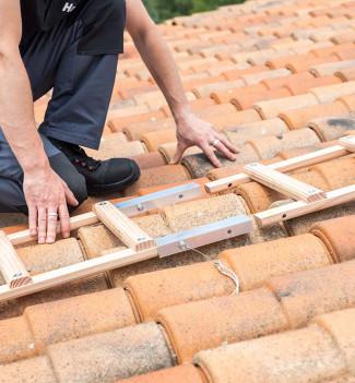 Fixation echelle de toit en bois pour couvreur avec crochet de toit 5m Hailo Safety Roof étape 1