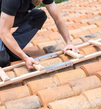 Fixation echelle de toit en bois pour couvreur avec crochet de toit 5m Hailo Safety Roof étape 2